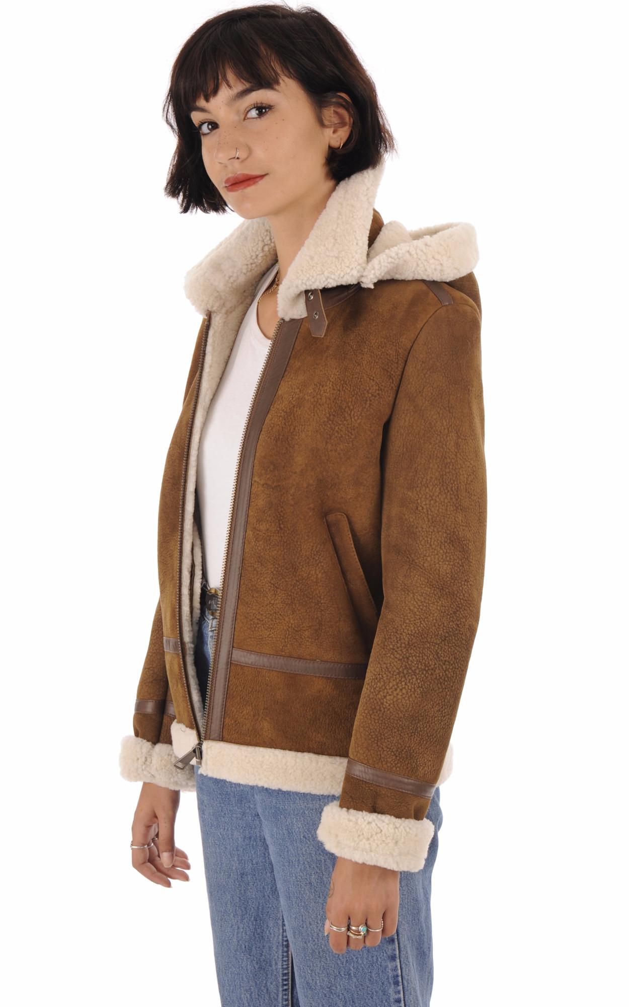 Belle brune femme veste en cuir rouge avec penser Banque D