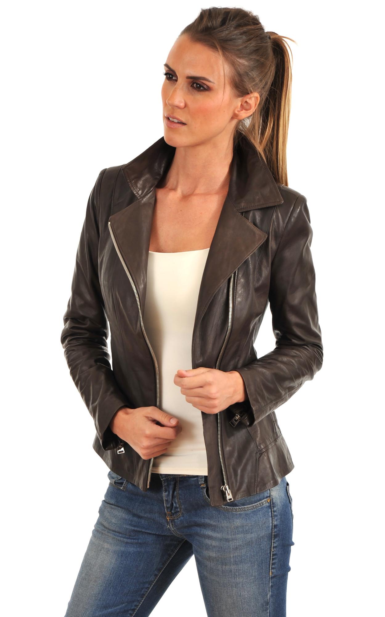 Personnalisez votre look avec un manteau d'hiver pour femme. Branchés et élégants, les manteaux chauds permettent de nombreuses combinaisons. Pour finaliser un look décontracté, associez un manteau en duvet avec un jean skinny, un pull à encolure ronde et des baskets montantes.